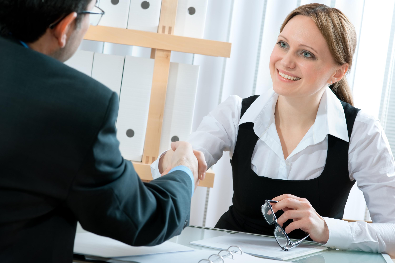 man och kvinna skakar hand vid jobbintervju
